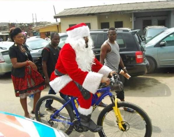 Actor, Desmond Surprises his People with Early Christmas Gifts (photos)